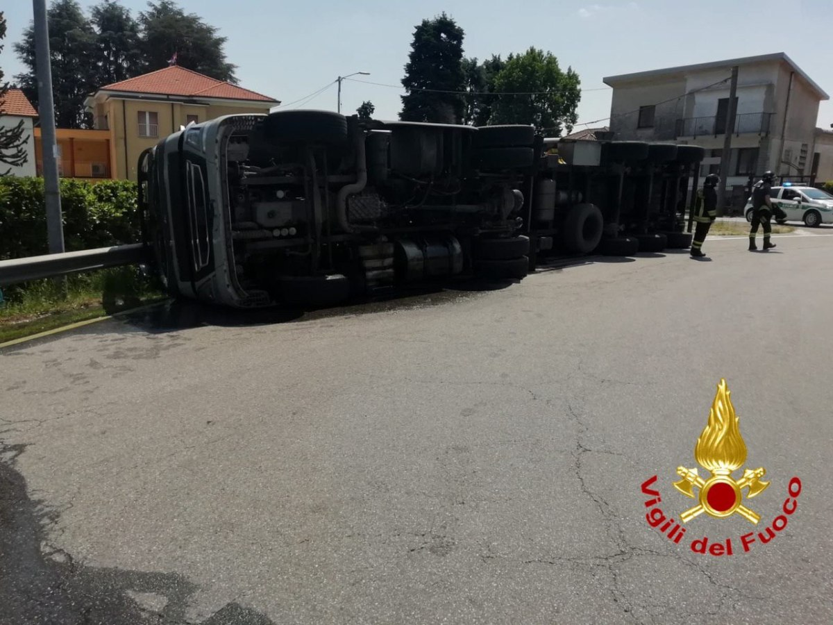 Gallarate – Camion con rimorchio si ribalta in via Sciesa