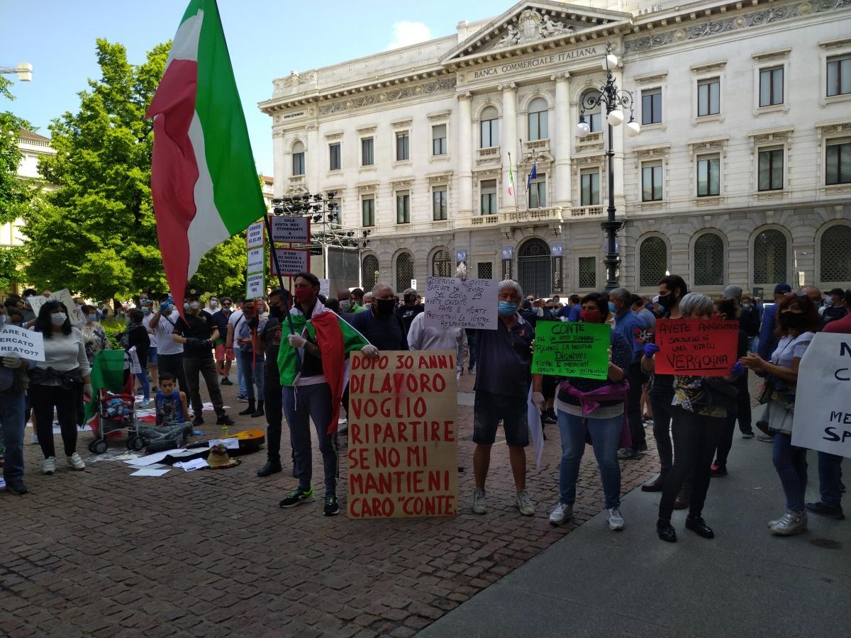 """Protestano gli ambulanti a Milano: """"politici ladri, venduti, corrotti,.. ora basta! Vogliamolavorare!"""""""